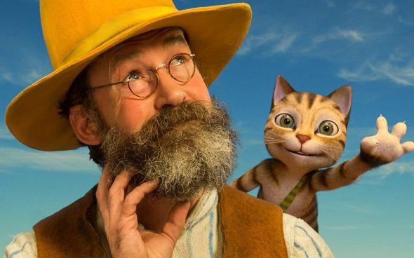 Mężczyzna z brodą w kapeluszu z kotem na ramieniu